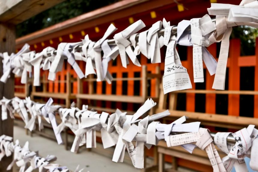 Japanese-New-Year-traditions-omikuji-fortune-slip-1024x683
